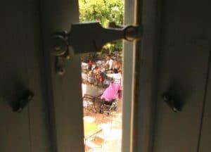 Vue depuis la chambre d'hôtel La Marbrerie sur le jardin du restaurant La Table de Terroir