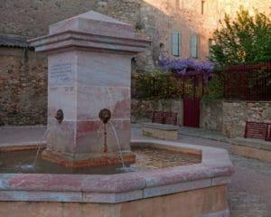 Fontaine en marbre à Caunes Minervois devant le restaurant La Table de Terroir
