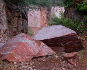 bloc de marbre rouge dans la carrière de marbre à Caunes Minervois