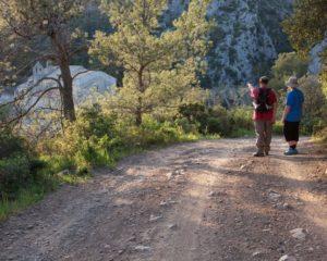 deux randonneurs sur le chemin à l'entrée du village Caunes Minervois dans l'Aude