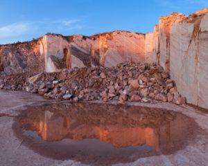 carrière de marbre rouge à Caunes Minervois