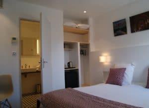 chambre hôtel avec salle de bain dans l'hôtel design Le Minervois, AUDE