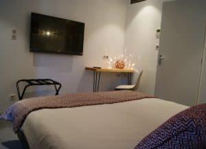chambre hôtel design Le Minervois : lit double et écran plat tv