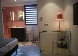 La chambre de l'hôtel design le Minervois dans l'Aude