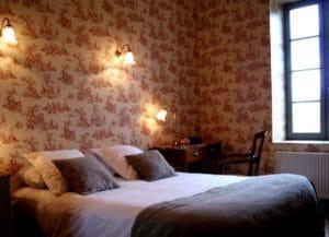 Lit double dans la chambre d'hôtel restaurant La Marbrerie à Caunes Minervois