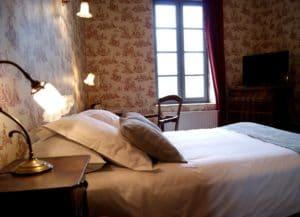 Chambre avec lit double, décor belle époque, l'hôtel La Marbrerie à proximité de Carcassonne