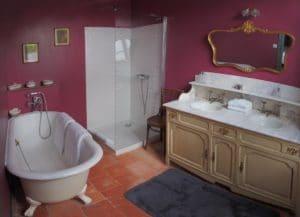 Salle de bain en décor belle époque dans l'hôtel La Marbrerie à Caunes Minervois