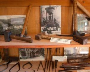 les outils du marbrier présenté au musée La Marbrerie