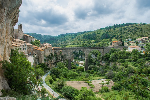 Vue sur le village Lagrasse dans le Pays Cathare dans le département de l'Aude, séjour en Minervois